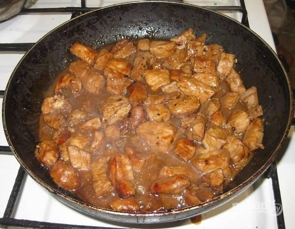 5. Когда на сковороде не останется жидкости, подрумяньте немного мясо, а после вылейте остатки маринада и тушите свинину до готовности. Подавайте к столу с отварной вермишелью. Приятного аппетита!