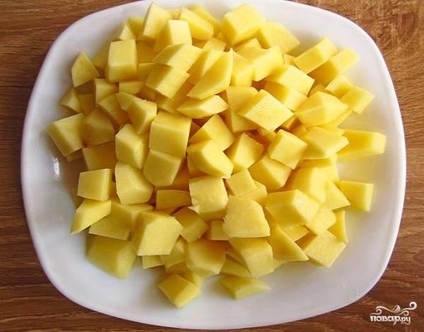 2. За это время очистите и нарежьте мелко картофель.