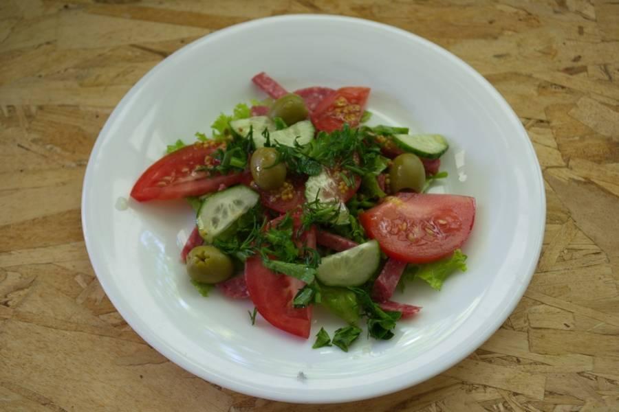 Выкладываем сверху оливки. Измельчаем петрушку и укроп. Посыпаем салат сверху.