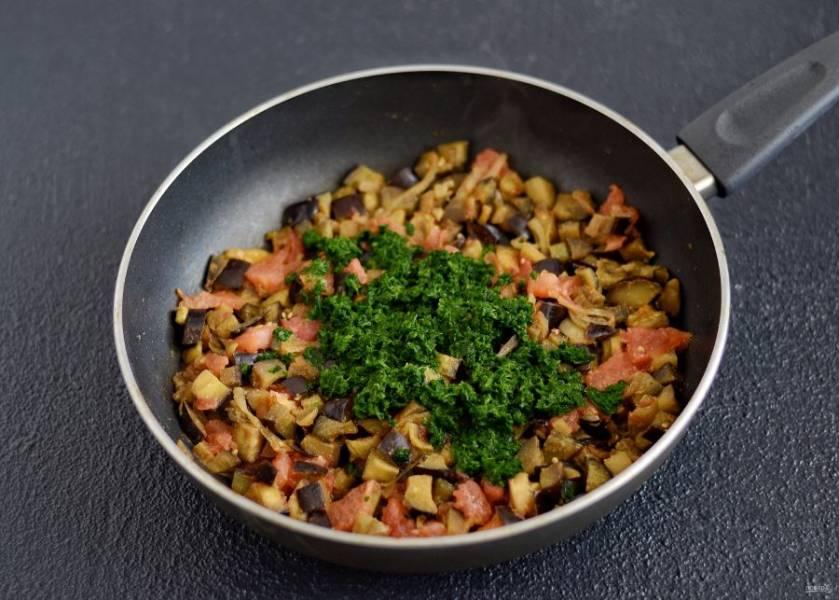 Добавьте помидоры и шпинат в сковороду. Посолите и поперчите по вкусу. Тушите смесь ещё 5 минут.