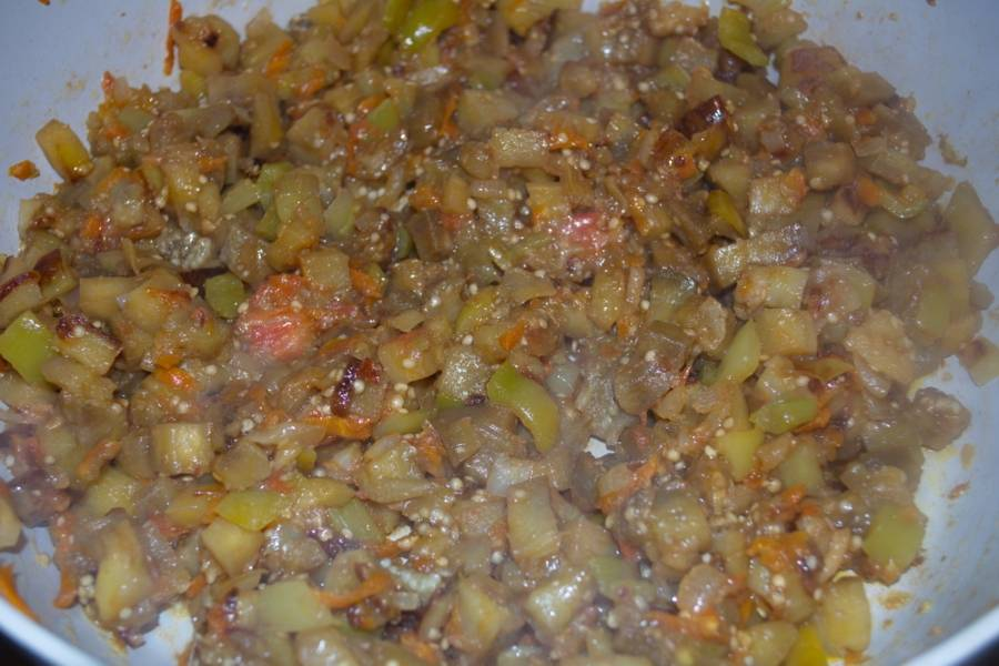 Посолите, поперчите и добавьте немного сахара, чтобы убрать горечь от баклажана. Доведите блюдо до полной готовности и снимайте с огня.