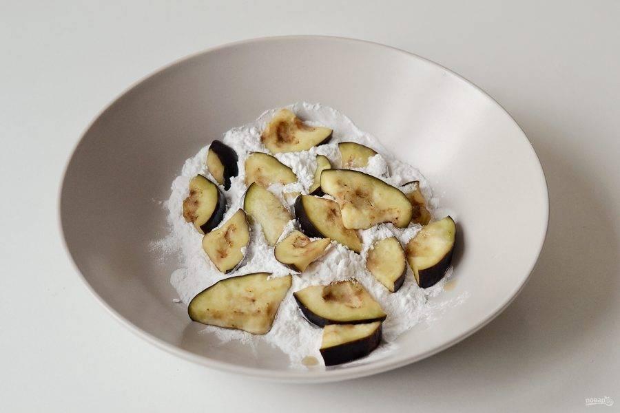 Затем промойте баклажаны в холодной воде. Обваляйте кусочки в крахмале со всех сторон.