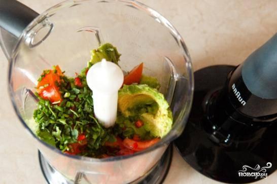 Для начала необходимо приготовить соус гуакамоле, без которого кесадильи обычно не подают. Кладем в чашу блендера помидоры, половину кинзы, зеленого лука, перца чили и очищенный авокадо. Добавляем немножко сока лайма. Измельчаем до однородности. Соус готов.