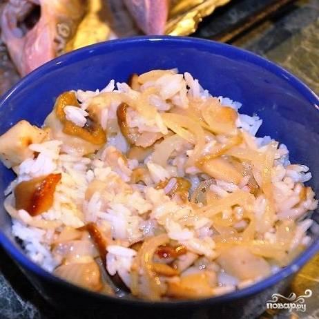 Затем смешиваем обжаренные белые грибочки с отваренным рисом. Солим, перчим, пробуем на вкус - начинка должна сама по себе быть вкусной.