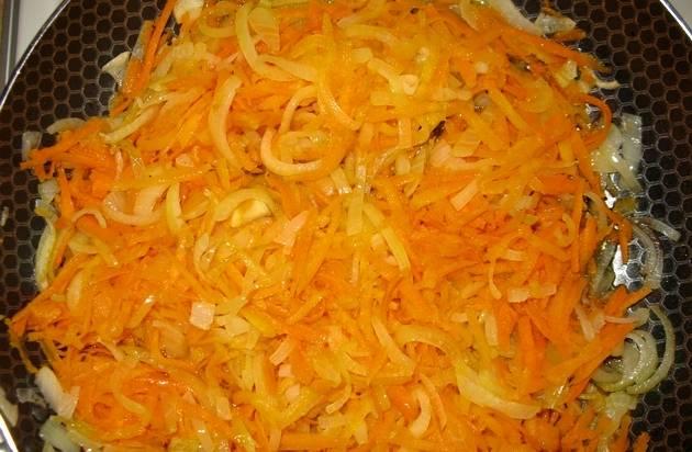 Наливаем в сковороду немного растительного масла и обжариваем на нем лук и морковь до золотистого цвета.
