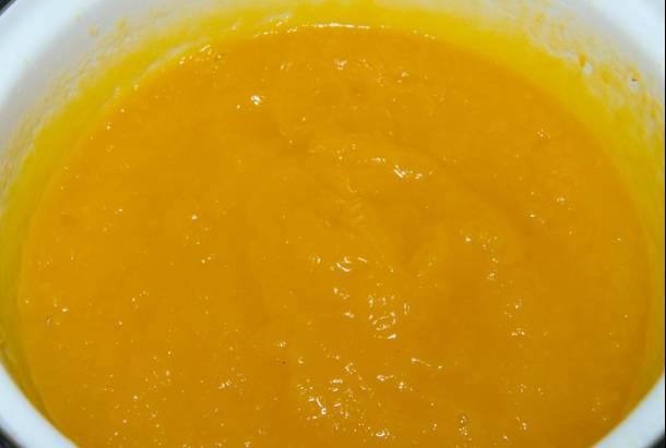 1. В блендере смешаем до однородности пюре тыквы (заранее приготовленное и остуженное) с сахаром и ванилином.