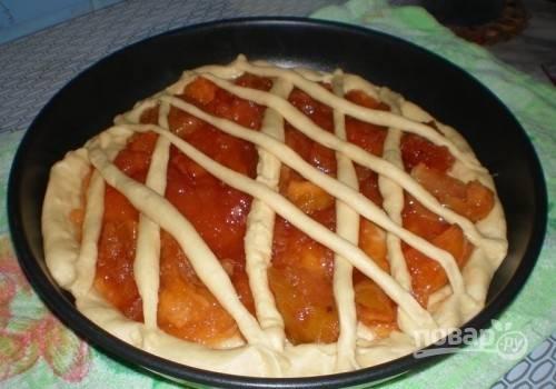 Варенье выложите сверху. Оставшимся тестом украсьте пирог. Яйцо взбейте и покройте им тесто, чтобы получилась румяная корочка.