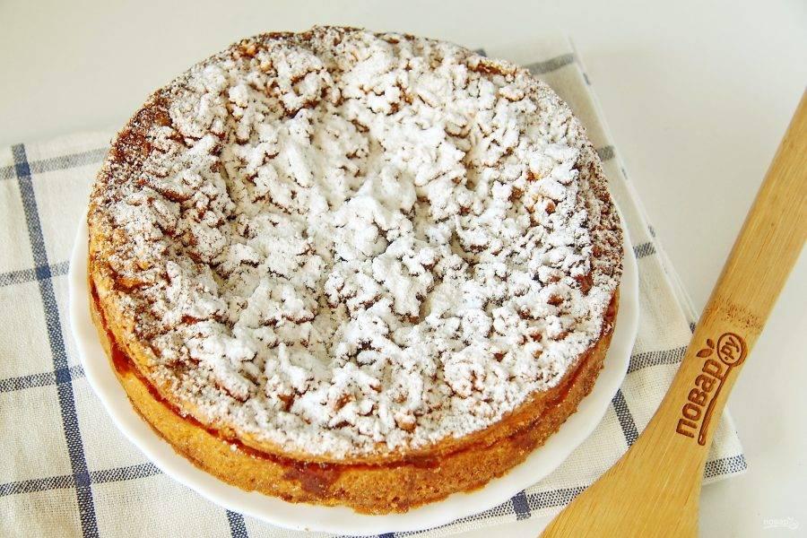 Затем пирог полностью остудите, по желанию посыпьте сахарной пудрой и подавайте к столу.