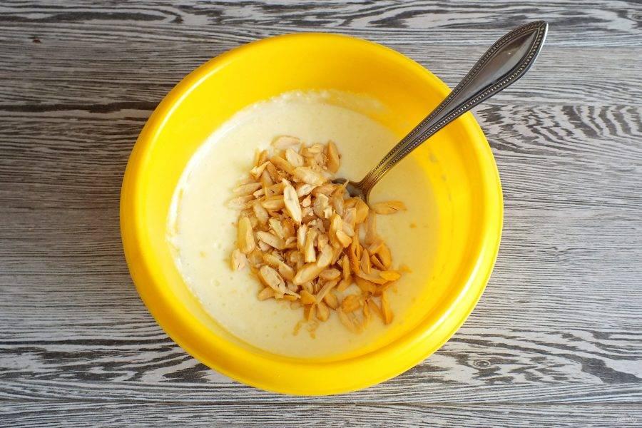 Орехи добавьте в охлажденную начинку. Перемешайте.