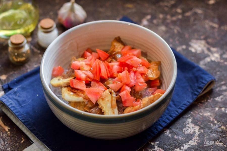 Нарежьте помидоры дольками и добавьте к лапше.