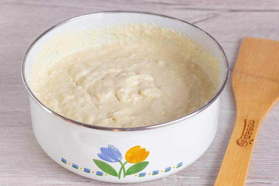 Муку соедините с разрыхлителем и введите в подготовленную кефирную массу. Тесто готово.