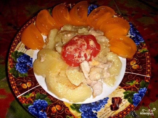 Подавать готовое куриное филе с картошкой в мультиварке можете со свежими овощами или зеленью. Приятного аппетита!