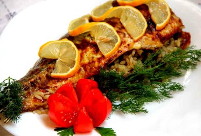 Сразу рыбу можно не доставать из духовки. Она может там полежать, пока духовка не остынет, и допитаться соками, которые еще доходят. Это поможет раскрыться должному аромату, который рыба источает, готовясь в собственном соку. Подаем рыбу на большом блюде с лимончиком, зеленью и овощами. Приятного аппетита!