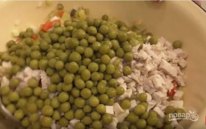 5. С горошка слейте жидкость, добавьте горошек в салат.