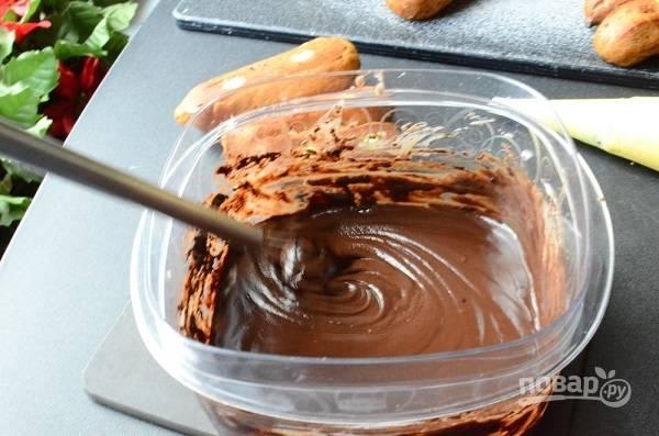 11. Шоколад поломайте кусочками и залейте горячими сливками. Оставьте на пару минут, перемешайте. Глазурь готова. Аккуратно окунайте пирожные в глазурь.
