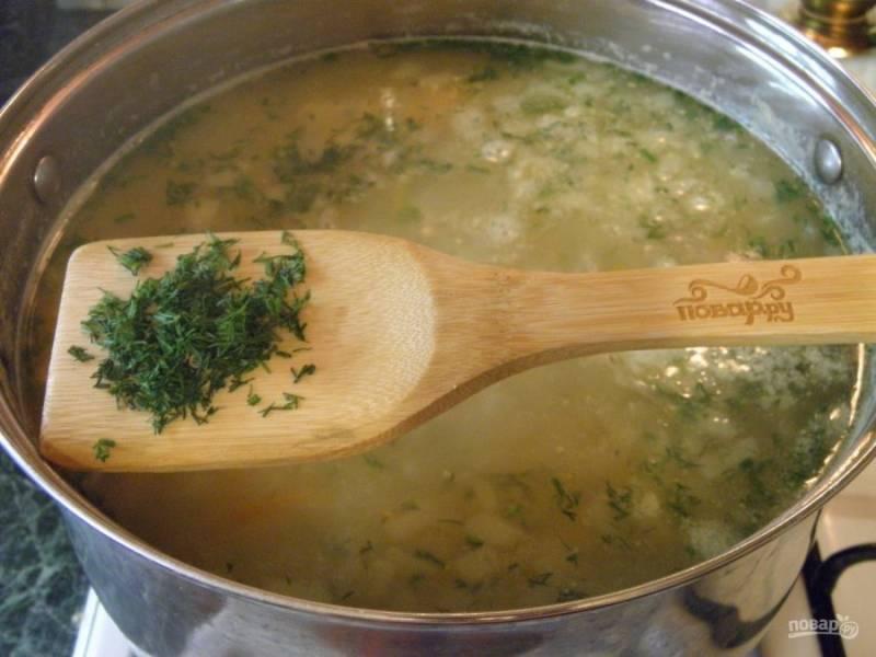6.В самом конце варки супа добавьте мелко порезанный свежий укроп, проварите минутку и снимите суп с огня.