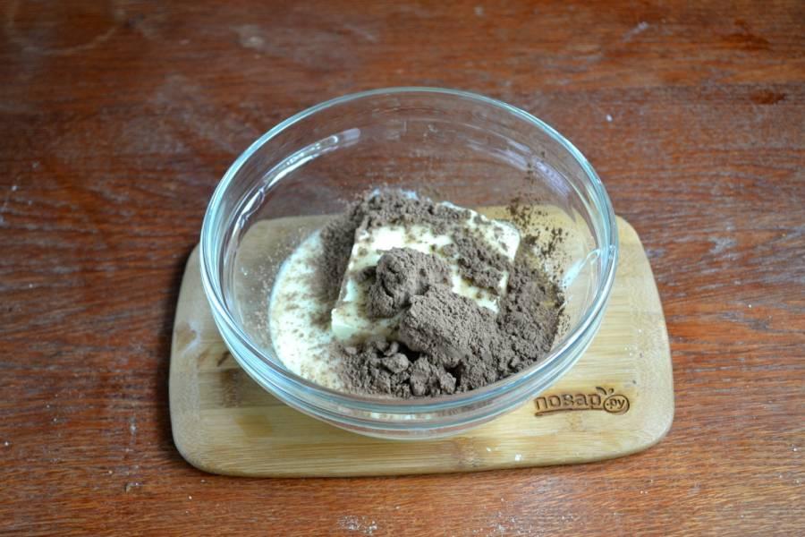 А тем временем приготовьте крем. Размягченное сливочное масло смешайте с 150 г. сгущенки, добавьте какао. Взбивайте миксером до однородной нежной массы.