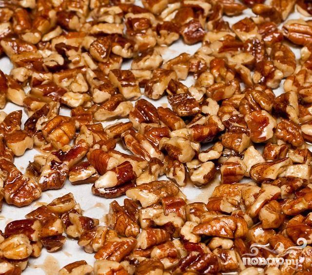 4. Достать противень из духовки и с помощью металлического шпателя перемешать орехи так, чтобы карамель равномерно покрывала их.