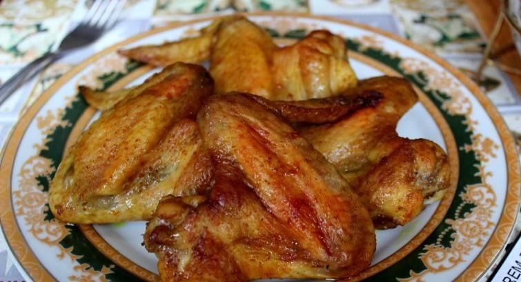 4. После запекания дайте им немного остыть и можете угощать своих гостей. К крылышкам в соевом соусе в домашних условиях отлично подойдет картофельное пюре или овощи. Гарантирую, что такой соус великолепно дополнит вкус мяса и сделает его пикантным.
