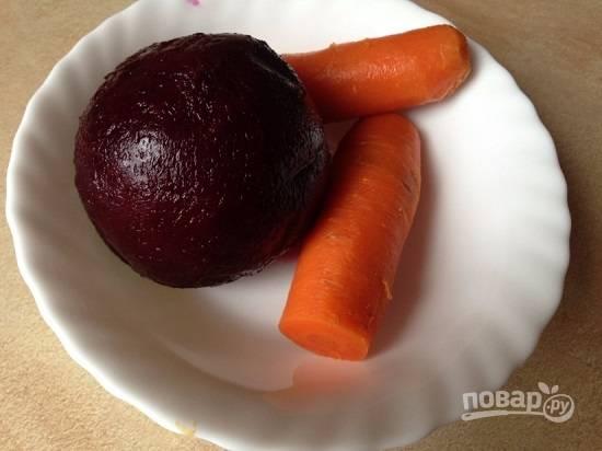 Сварите, охладите и очистите свеклу и морковь.