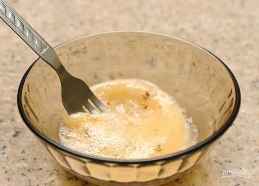 3.В миску вбейте куриные яйца, добавьте молоко, соль и перец по вкусу, хорошенько все взболтайте.