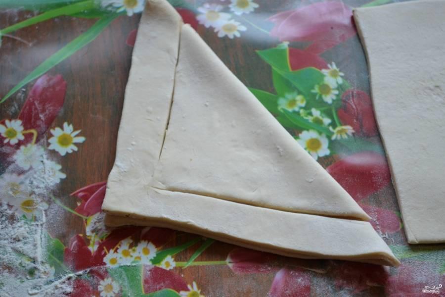 Сложите квадрат в треугольник и сделайте надрезы, как показано на фото.