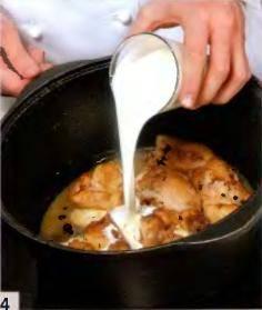 Влить в кастрюлю сливки, вновь накрыть крышкой и готовить еще 10 мин.