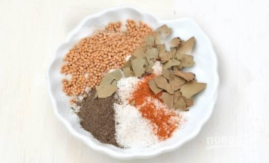 Дальше смешиваем соль, паприку, горчицу, молотый душистый перец и нарезанный лавровый лист.