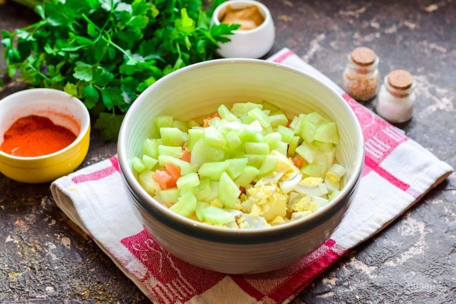 Свежий огурец нарежьте небольшими кубиками, добавьте в салат.