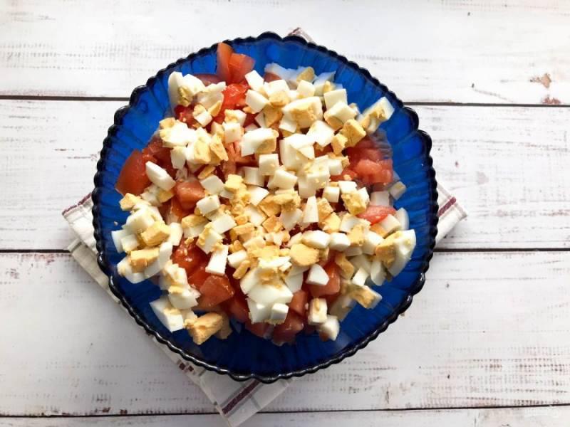 Вареные яйца очистите от скорлупы, нарежьте небольшими кубиками и добавьте к остальным ингредиентам.