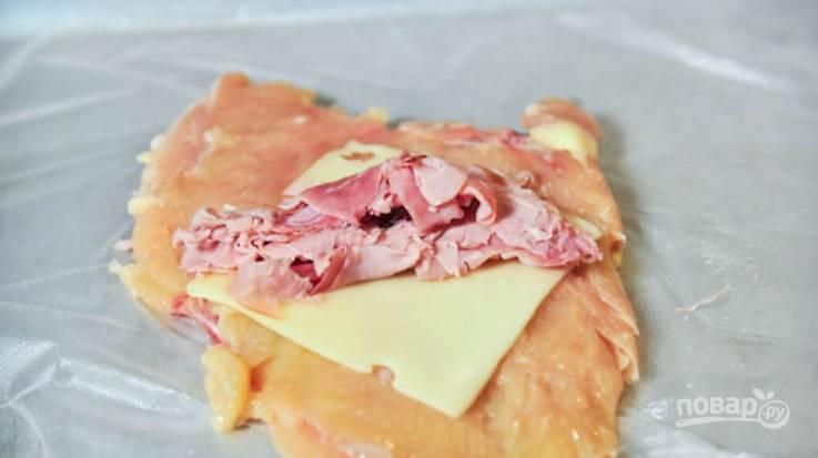 Теперь надо выложить на сыр бекон. Можете порезать его мелко или уложить целыми пластинками.