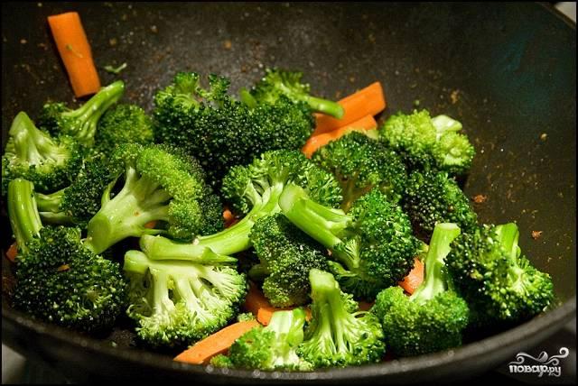 Курицу отставьте, в той же сковороде обжарьте овощи (примерно 4-5 минут).