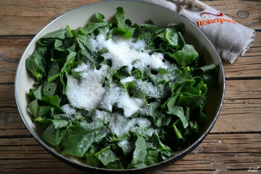Выложите щавель на сковороду, добавьте воду, засыпьте его сахаром. На медленном огне готовьте 20 минут.