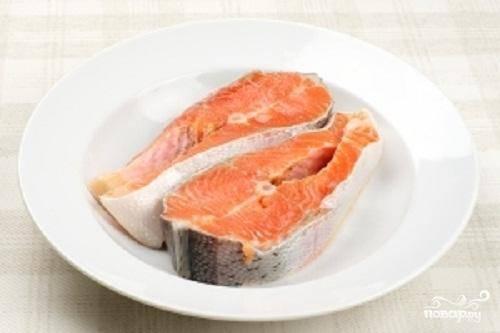 1.Для приготовления этого блюда можно взять стейк семги или нарезать рыбу на порционные куски. Промыть рыбу в воде и обсушить ее полотенцем.
