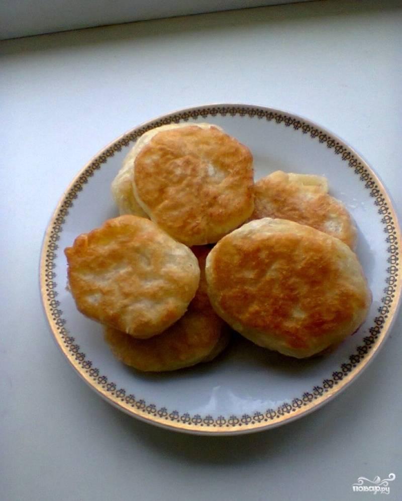 6.Перекладываем их на бумажное полотенце, чтобы ушел лишний жир. Подаем оладьи со сметаной или вареньем. Приятного аппетита!