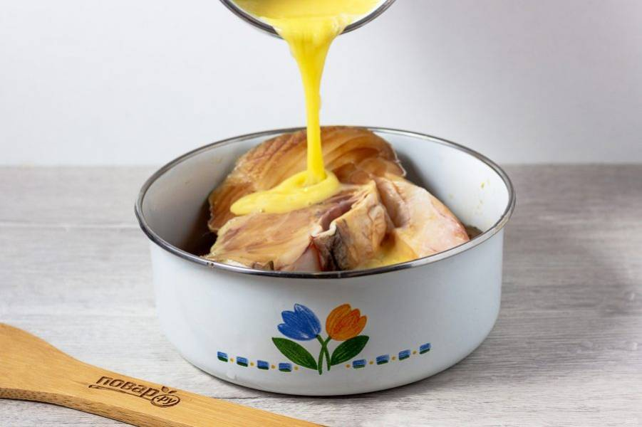 Затем добавьте взбитое вилкой яйцо и покройте стороны стейков.