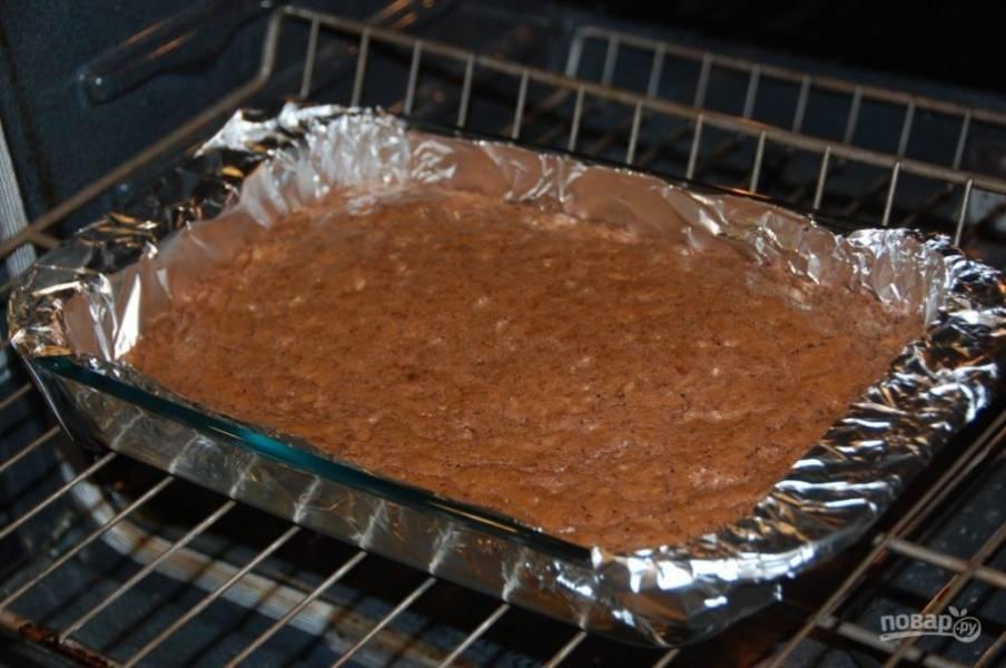 7.Отправьте пирог в духовку, запекайте при 180 градусах около 20-25 минут.