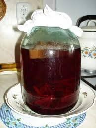 Теперь можно пропускать жидкость через сито. В итоге у нас получилась закваска. Храним ее в холодильнике. Чтобы приготовить квас, смешиваем закваску с водой в пропорции 1 к 1. Добавляем пару ложек сухого кваса, сахара по вкусу и оставляем на сутки в холодильнике.