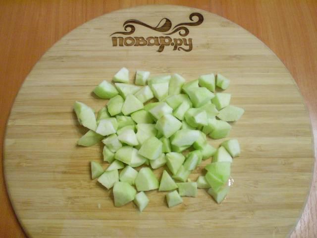 Яблоки очищаем от кожуры и семян, режем кусочками.