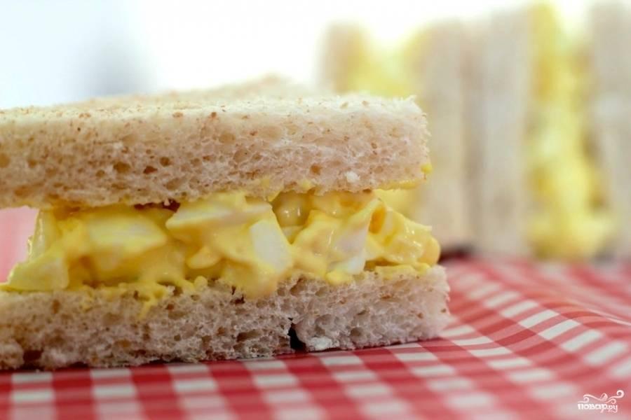Получившуюся яичную смесь помещаем между двумя ломтиками хлеба - и бутерброд готов. Если яичная смесь останется - ее можно хранить под крышкой в холодильнике до нескольких дней.