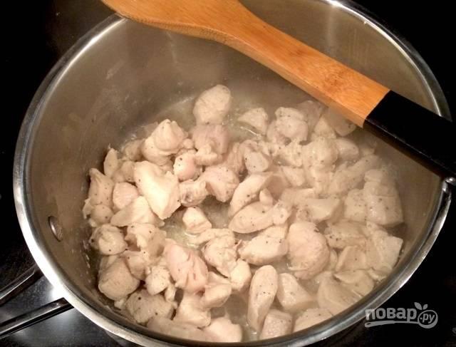4.Разогрейте кастрюлю с оставшимся маслом и выложите мясо, обжарьте его до готовности, затем удалите на тарелку.