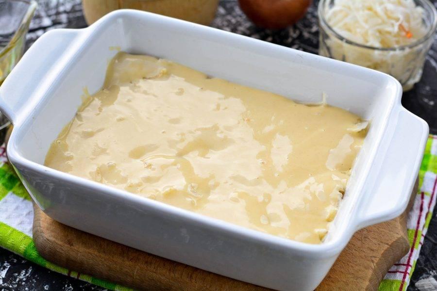 Залейте пирог оставшимся тестом. Поставьте пирог в духовку.