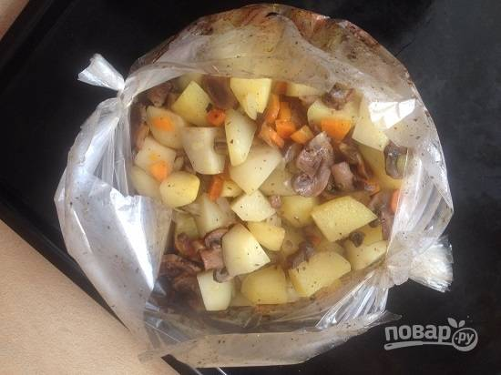 Отправляем в разогретую до 190-200 градусов духовку минут на 40-45. Если хотите, чтобы картошка подрумянилась, разрежьте рукав минут через 30-35 и раскройте.