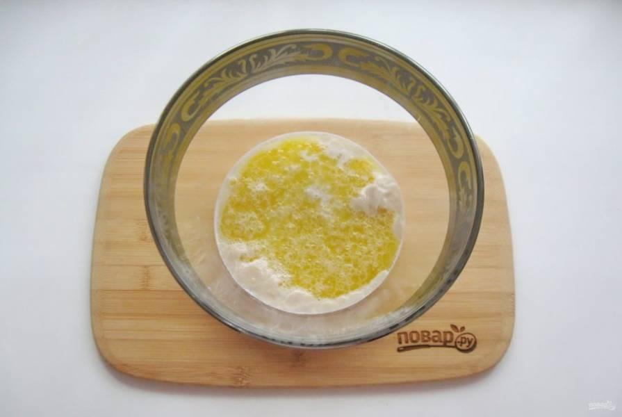 Сливочное масло растопите, немного охладите и добавьте в миску с молоком и дрожжами.