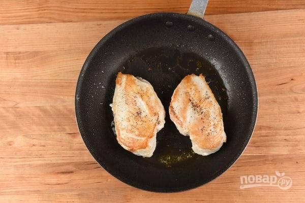 4. Тем временем обжарьте куриную грудку в масле на сковороде с каждой стороны по 6 минут.