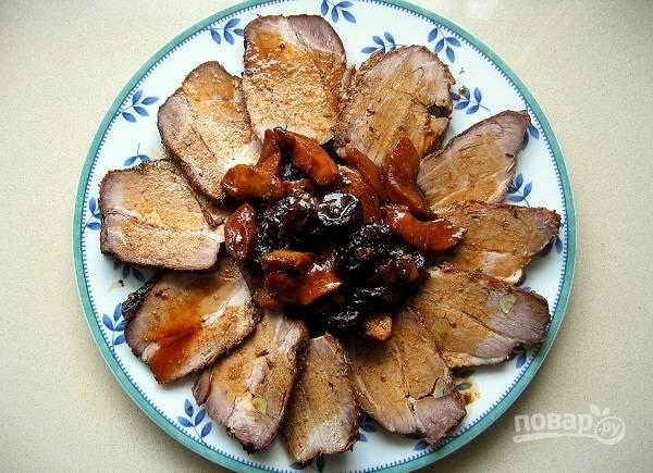 Запеченная свинина с черносливом и яблоками