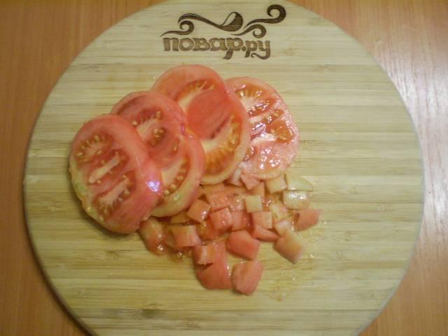 С помидора снять кожуру, порезать мелко.
