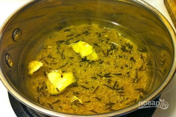 Все овощи почистите, промойте под проточной водой. В кастрюле отварите рис с добавлением сливочного масла.