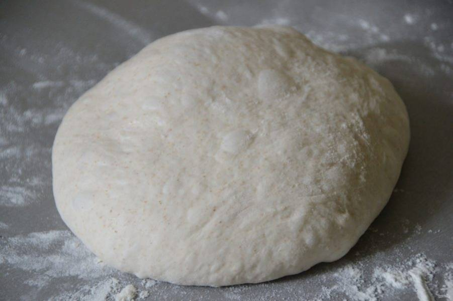 Скатайте тесто в шар. Тесто очень мягкое, пузыристое.