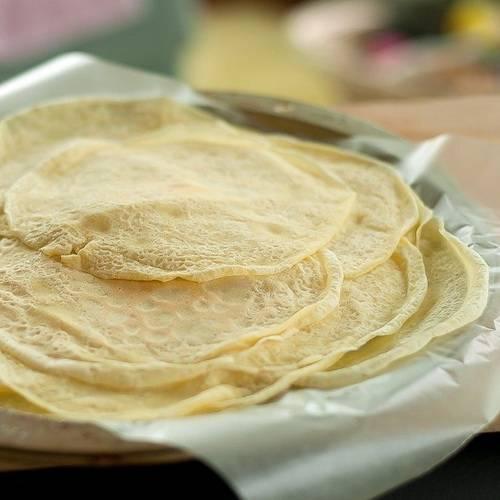 Вытаскиваем тесто из холодильника и готовим блинчики на разогретой подсолнечным маслом сковороде. Складываем готовые блинчики друг на друга.